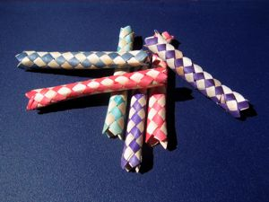 Chinese finger trap. Author: CarolSpears - https://commons.wikimedia.org/wiki/File:Finger_trap_toys.jpg